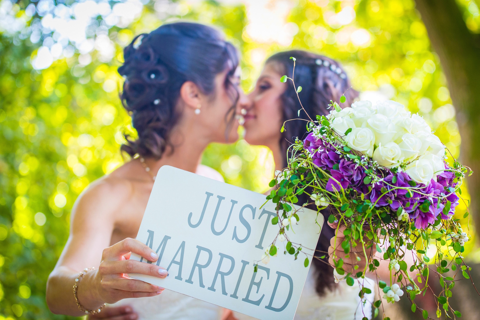 lesbian and gay marriage Average household income of gay couples in the us 90,493 usd gay millennial men living in an urban/big city environment 50% gay and lesbian americans living with spouse/partner/lover 463% gay.