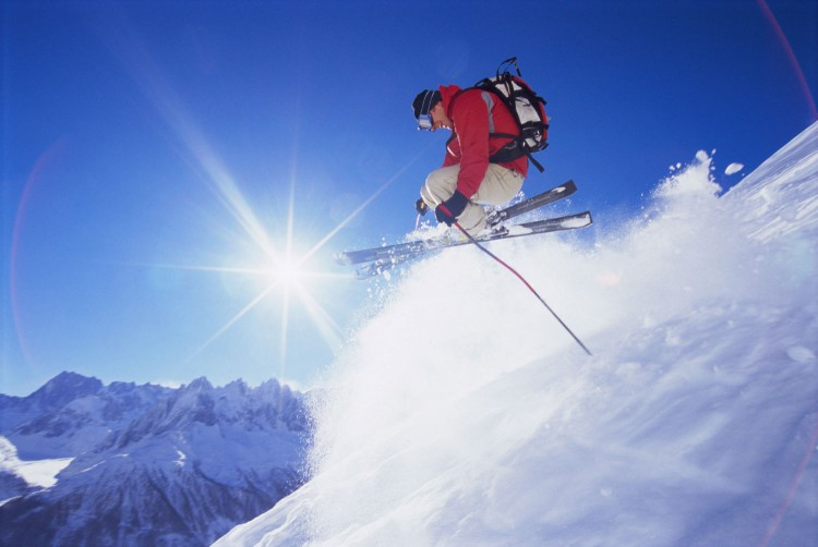 young-man-skiing-m